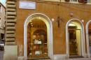 Via Condotti, la via ricca di negozi e di storia
