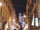 Via Condotti a Natale con l'albero azzurro sulla scalinata di Piazza di Spagna