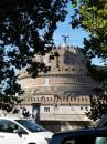 Dal Lungotevere uno scorcio su Castel Sant'Angelo