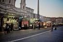 Visuale della Piazza con le bancarelle illuminate