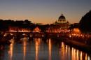 Ottobrata romana mentre il tramonto cede alla sera