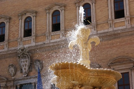 Fontana di Piazza Farnese con i suoi zampilli d'acqua