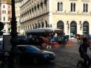 Una carrozzella nel traffico di Piazza Venezia