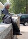 A Lungotevere un anziano si riposa