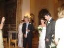 Finalmente sposi camminano lungo la navata di una chiesa romana