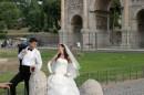 Sposi sorridono felici nello sfondo magico di Roma
