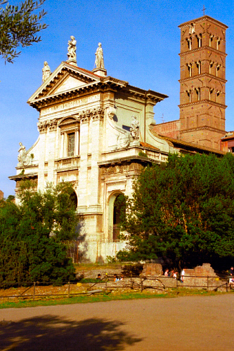 Basilica Santa Francesca Romana sotto la luce del sole