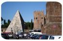 La Piramide Cestia si staglia nel traffico romano
