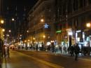 La strada dello shopping ricca di alberghi, caffé e negozi