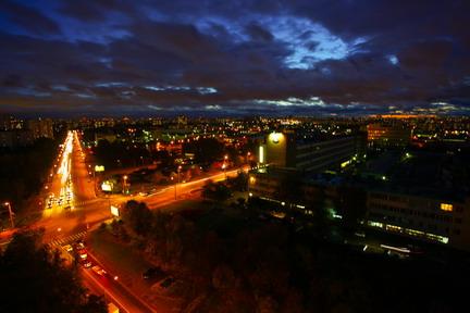Vista notturna da un palazzo di 16 piani di Medvedkovo, quartiere della periferia nord di Mosca