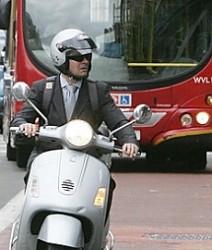 Scooter nelle corsie dei bus
