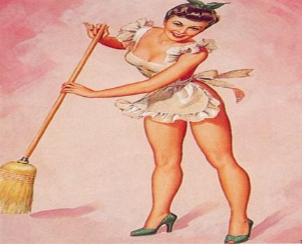 Donna in cinta che scopa