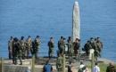 Soldati USA presso la stele commemorativa, Pointe-du-Hoc