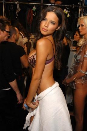 Adriana Lima Sexy Backstage al Fashion Show di Victoria Secret