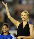 Charlize Theron, bellissima madrina per Inter e Chelsea