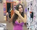 Cristina del Basso si spalma il suo seno