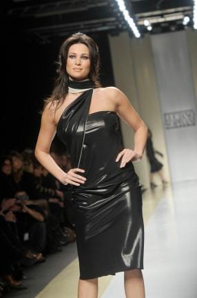 Manuela Arcuri Sfila a Milano Moda per Luciano Soprani