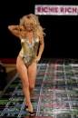 Pamela Anderson Sexy Sfilata in Tutina Dorata