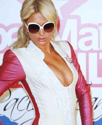 Paris Hilton cavalca in 125