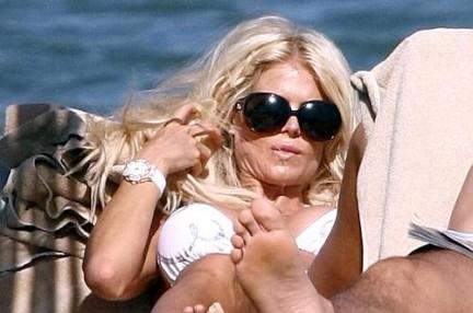 Victoria Silvstedt Relax in Bikini a Porto Cervo