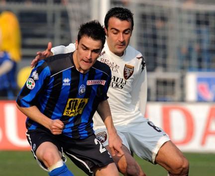 Un duello tra Cigarini e Barone durante l'ultima Atalanta-Torino