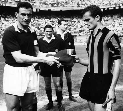 Un'immagine che ha fatto storia: il capitano granata Enzo Bearzot consegna a Sandro Mazzola la maglia del grande Valentino