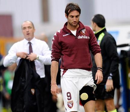 Franco Lerda guarda preoccupato Rolando Bianchi che lascia il campo
