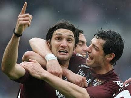 Rolando Bianchi, abbracciato da Blerim Dzemaili, esulta dopo il gol al Siena del 26 aprile 2009
