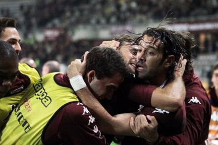 L'abbraccio collettivo a Bianchi dopo il gol del sorpasso