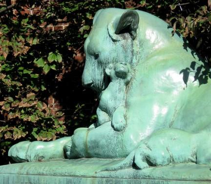Scultura in bronzo all'entrata del Prospect Park Zoo di Brooklyn