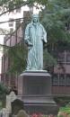 Statua di John Watts nel cimitero accanto alla Chiesa - opera di George Bissell (1890)
