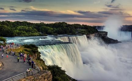 Persone che guardano la cascata del Niagara