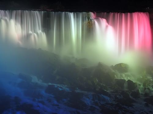 Luci ed ombre notturne alla cascata del Niagara
