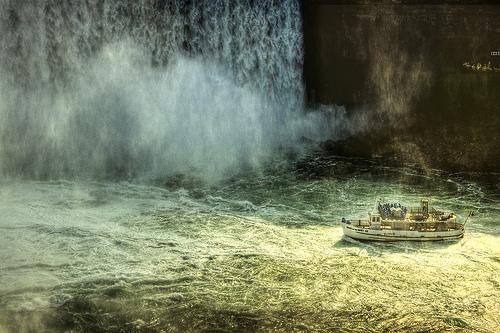 Una nave sotto le cascate del Niagara