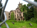 Facciata dell'ospedale abbandonato