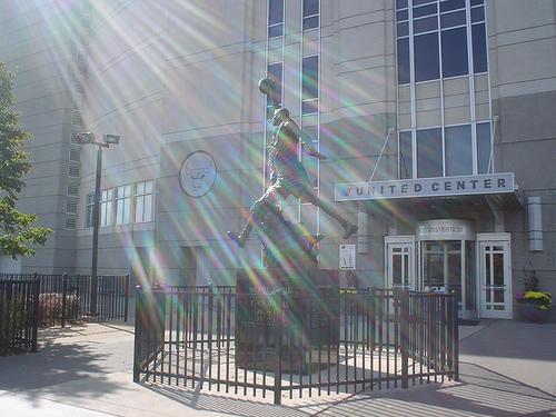 Statua dedicata a Michael Jordan allo United Center di Chicago