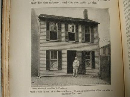 Mark Twain davanti alla sua casa ad Hannibal