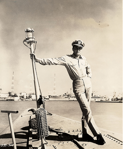 Tony Curtis con la divisa di Ufficiale della Marina