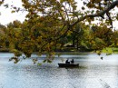 Autunno una barca in Central Park raccoglie gli ultimi sprazzi di sole
