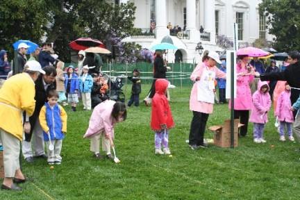 Bambini alla Casa Bianca alla ricerca delle uova