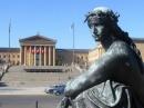 Una delle statue davanti al Museo