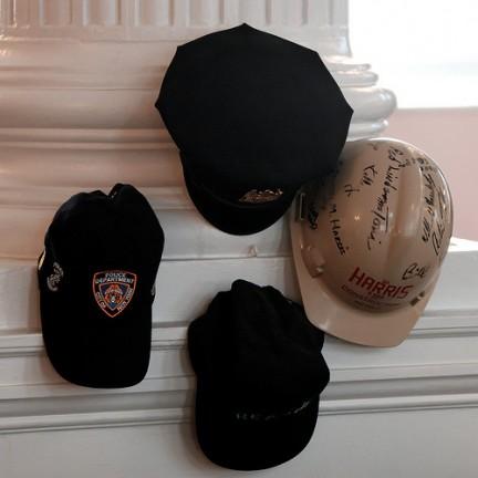Cappelli dei volontari dell'11 settembre 2001 conservati nella Chiesa