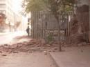 La polvere avvolge case, detriti e persone