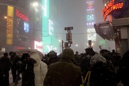 A Times Square non si teme la nebbia e il freddo