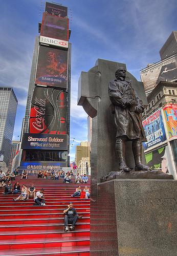 Scalinata rossa e statua a Father Duffy in Times Square